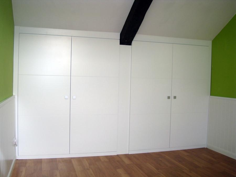 Foto buhardilla armario con puertas lacadas con estr as - Muebles para buhardillas ...