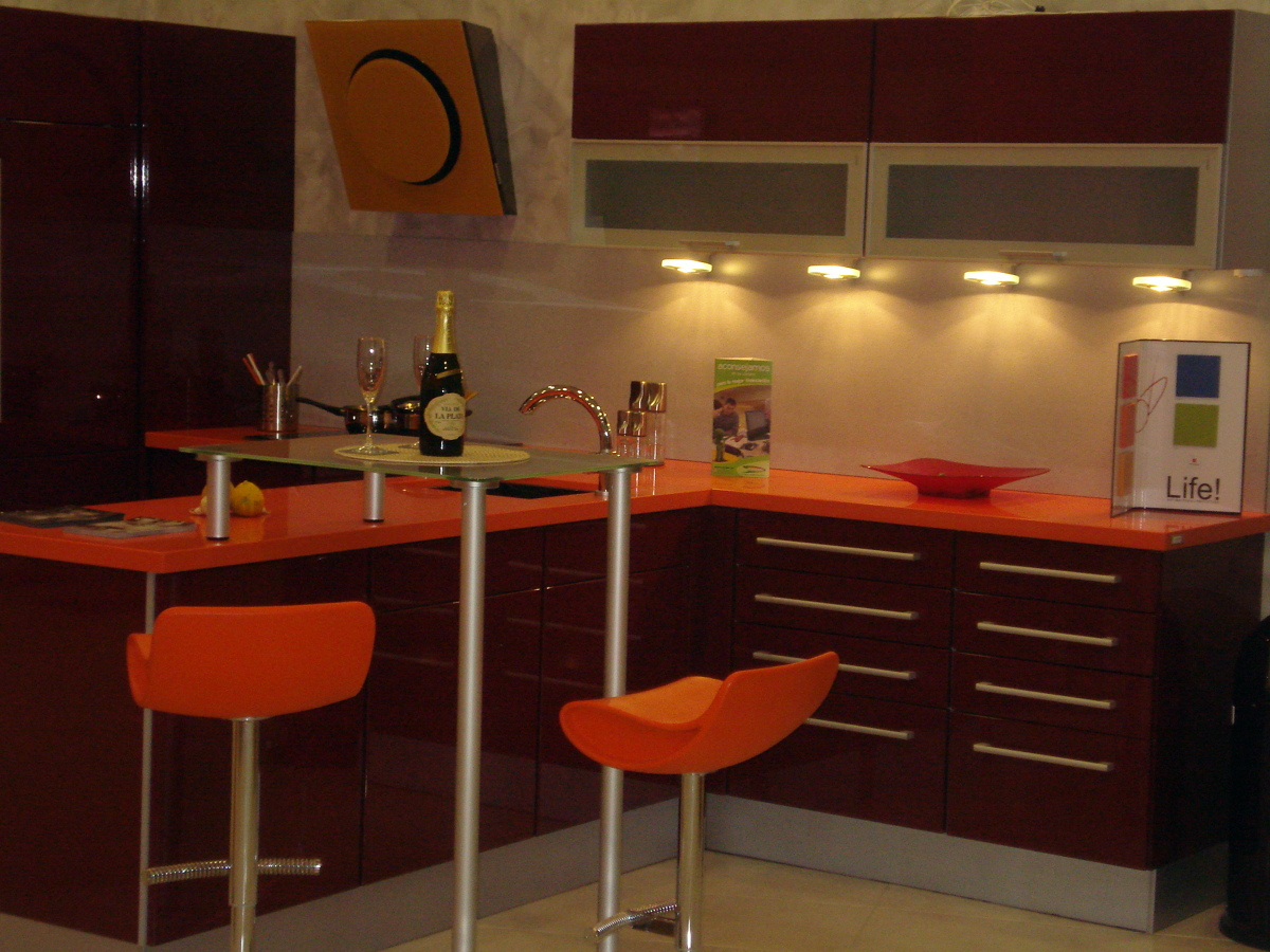 Foto burdeos alto brillo silestone naranja de the - Singular kitchen madrid ...