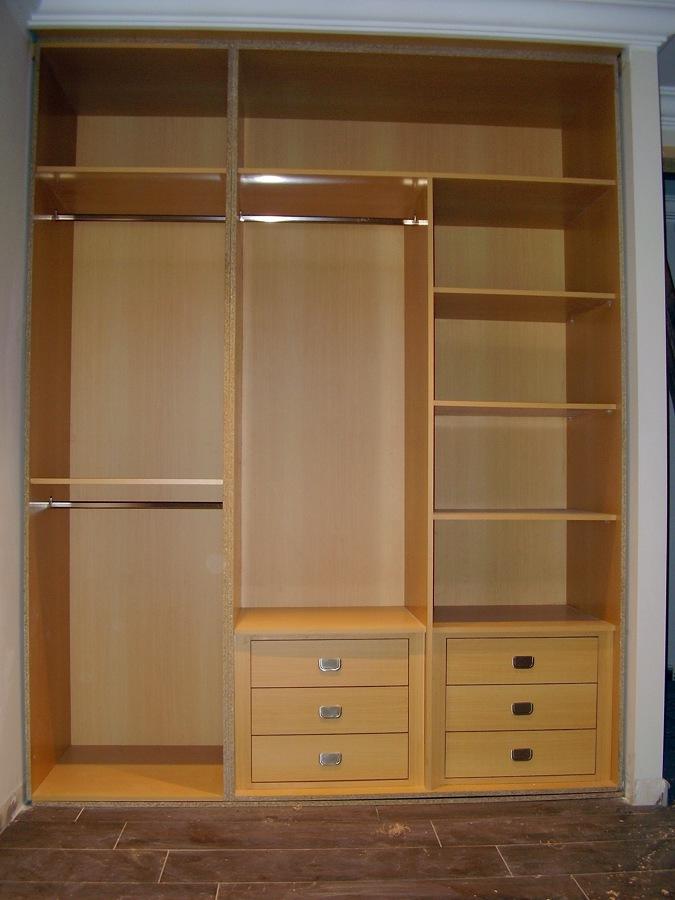 Foto cajoneras e interiores de armarios a medida de for Cortinas para armarios empotrados