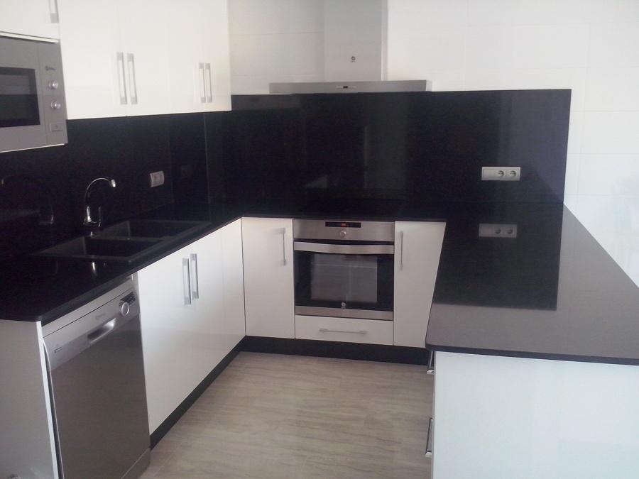 Foto encimera cocina y frente granito negro zimbabwe de - Encimera granito negro ...