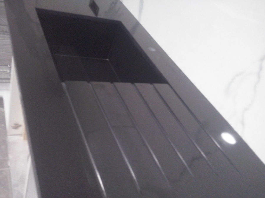 Foto encimera cocina granito negro intenso de marbres for Granito negro intenso
