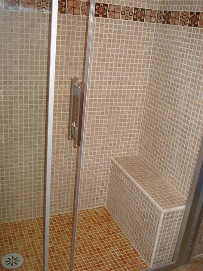 Foto plato de ducha de obra con asiento de construcciones - Duchas con asiento ...