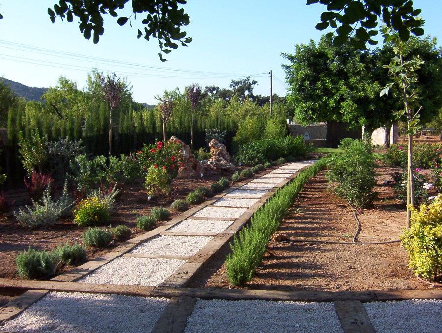 Foto camino de traviesas de tren de jardineria galvez - Traviesas de tren para jardin ...