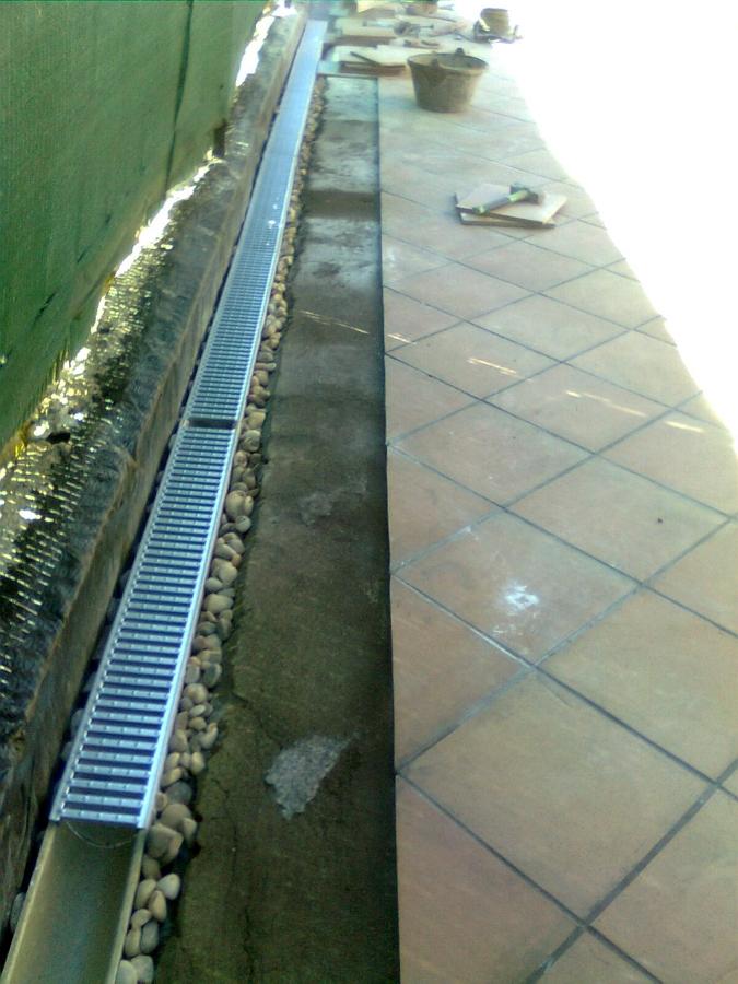 Foto canaleta de uso privado con drenaje de canto lavado for Drenaje de jardin