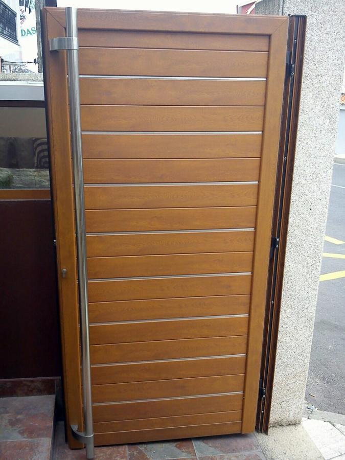 Foto cancela aluminio lacado madera y lamas intercaladas - Cancelas de madera ...