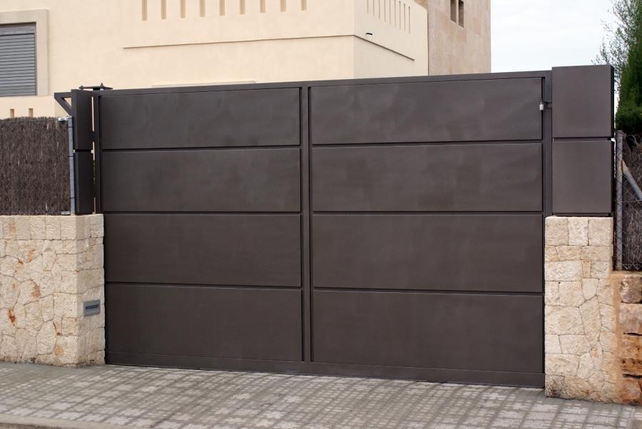 Foto cancela corredera de metal l rgiques germans for Puertas para exteriores economicas