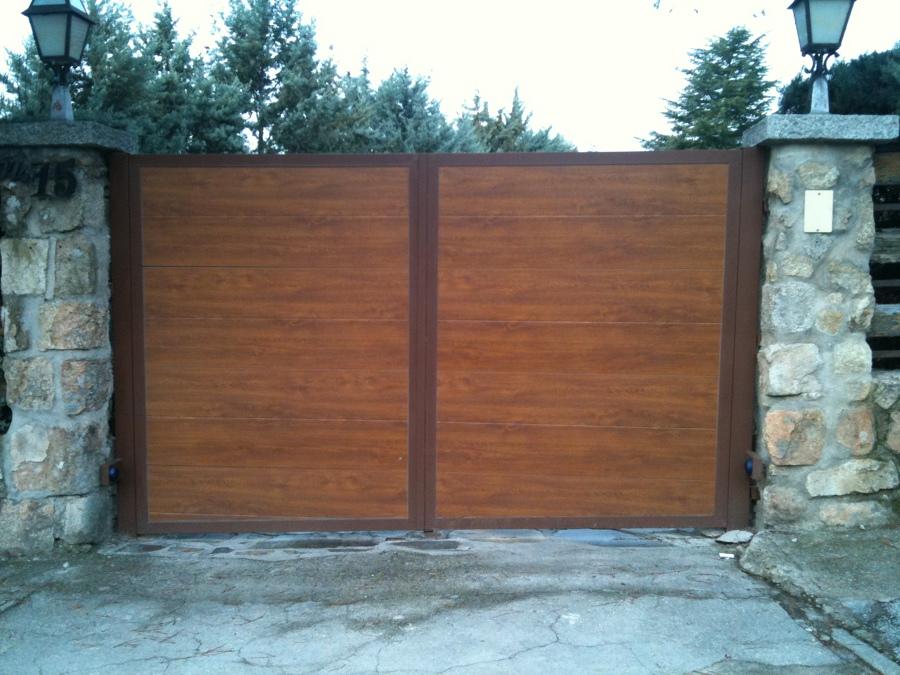 Foto cancela exterior en imitacion madera de automatismos - Cancelas de madera ...