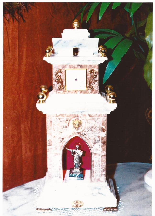 Capilla mármol: EMPERADOR CLARO y CARRARA.