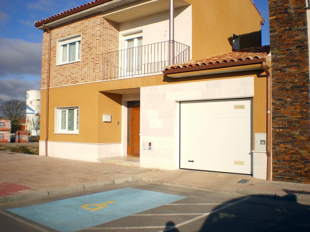 Foto carpinteria de pvc y puerta de garaje en vivienda - Proyecto puerta de garaje ...