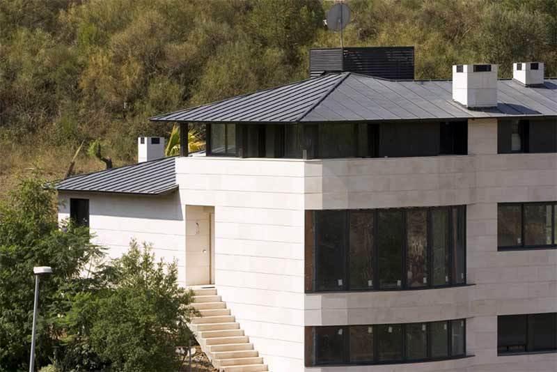 casa con cubierta de cinc
