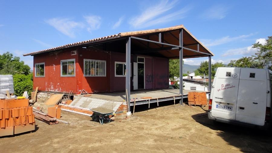 Casa de bajo coste con cubos de aluminio y hormigón impreso