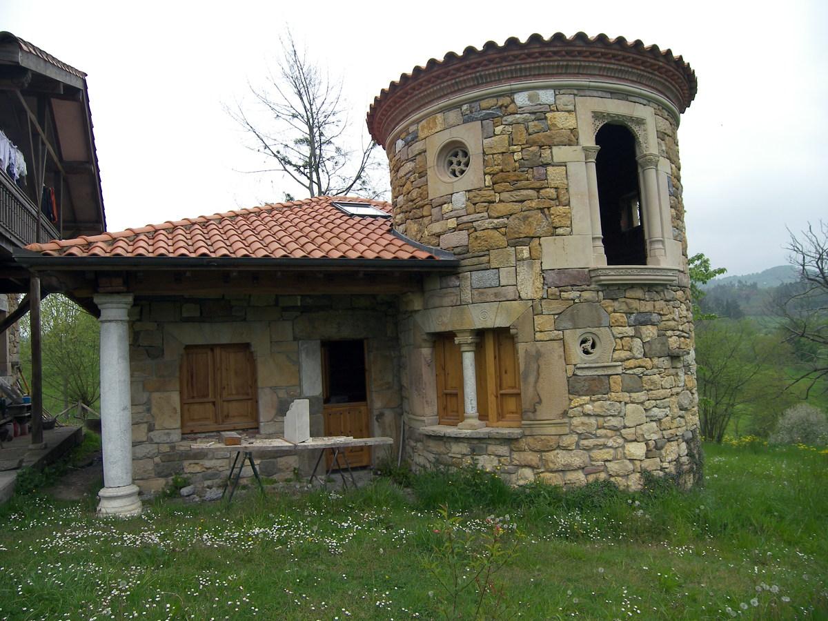 casa de piedra con torre Coya (Piloña)