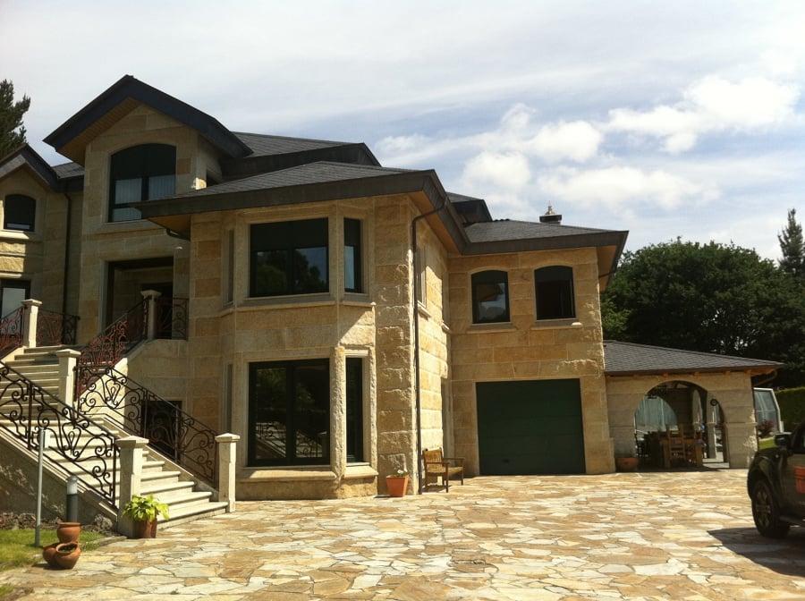 Foto casa revestida con piedra de galicia de fs reformas for Tejados madera ourense
