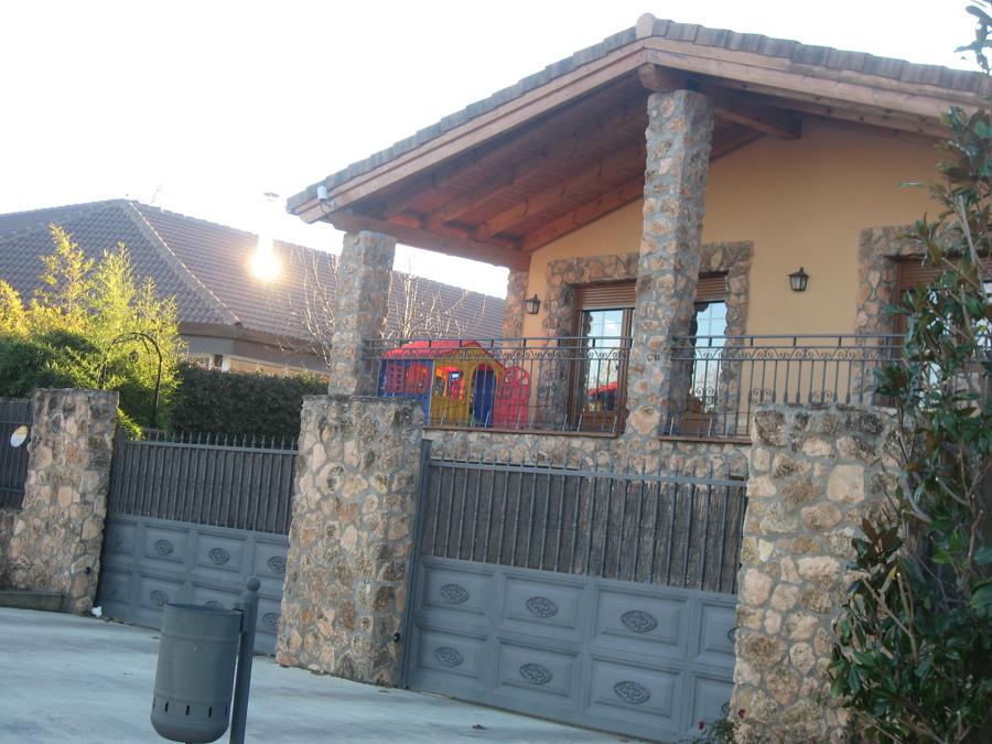 Casa Unifamiliar de dos plantas y cochera en semisótano