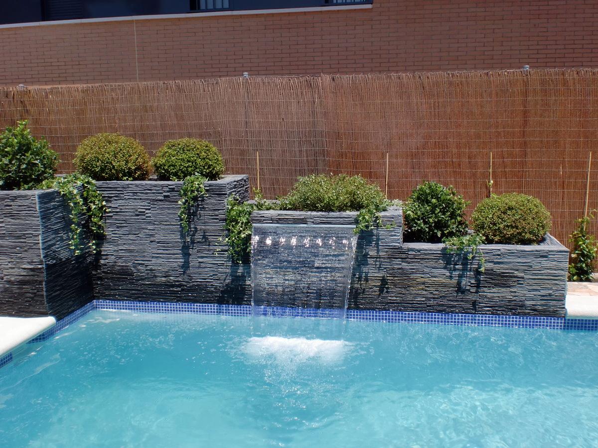 Foto cascada laminar en jardinera de piscinas y for Cascadas prefabricadas