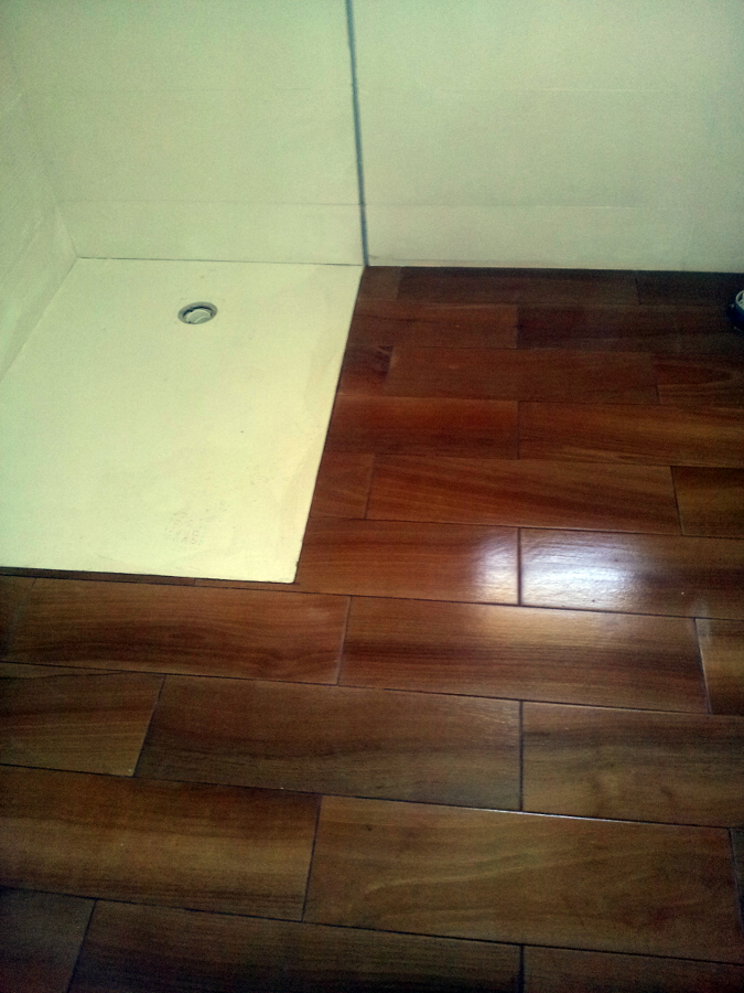 cerámica imitacion a madera enrasado con plato de ducha
