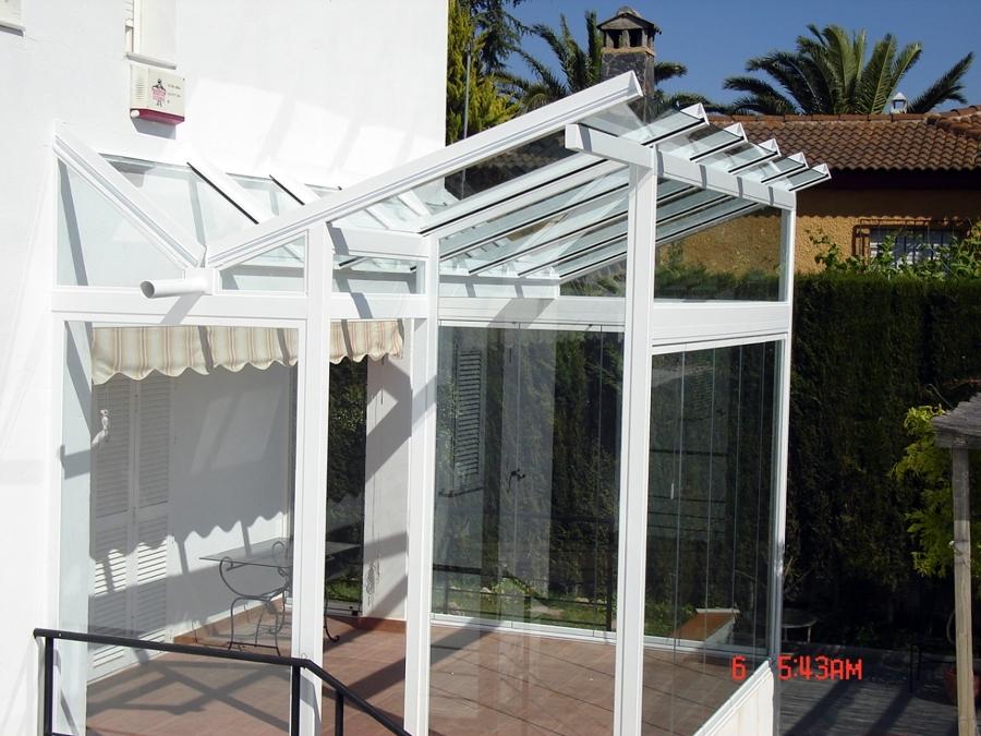 Foto cerramiento con cubierta de vidrio y cortinas de for Cerramiento vidrio