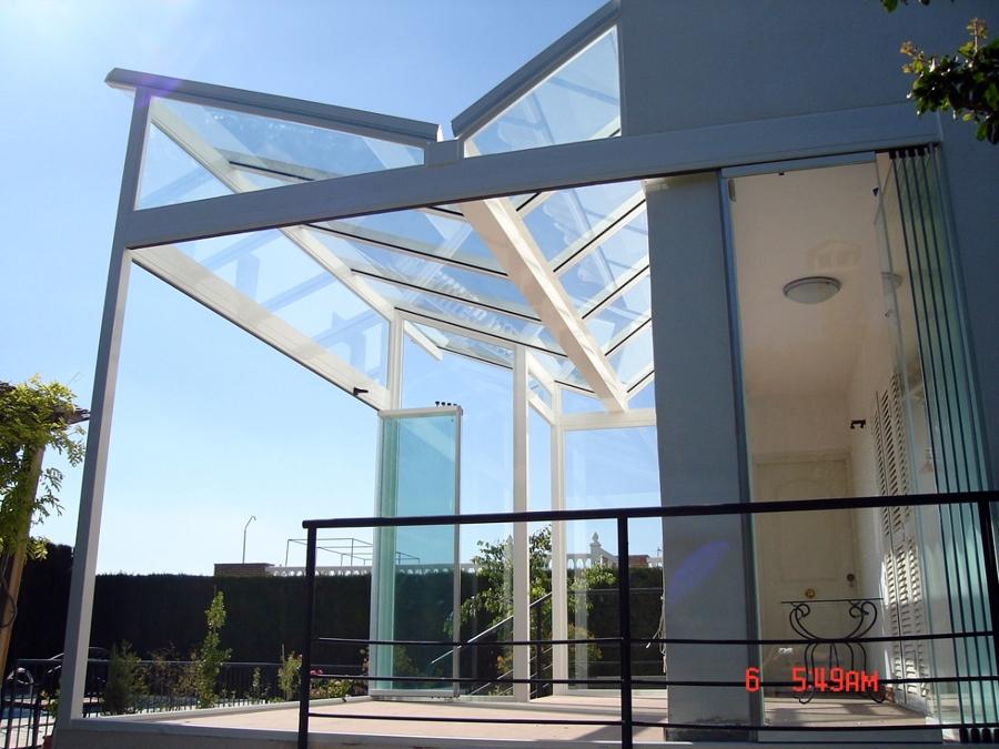 Foto cerramiento con techo de vidrio y cortina de cristal for Cerramiento vidrio