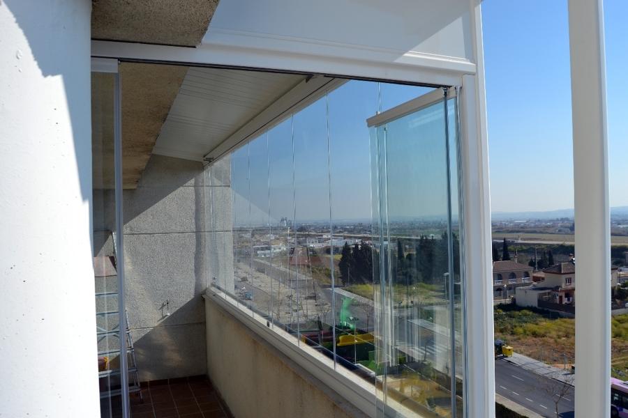 Foto cerramiento de cristal sin perfiles de hogarven for Cerramiento cortina cristal