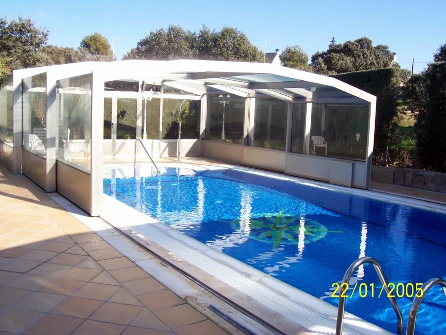Foto cerramiento de piscina en posicion entre abierta de for Piscinas abiertas en sevilla