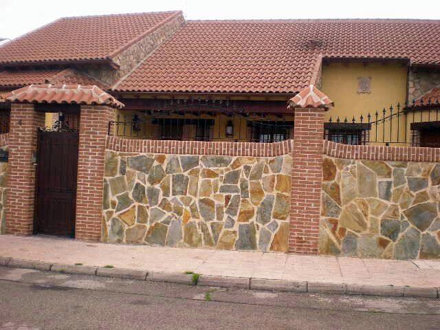 Foto cerramiento exterior chalet de reformas florin - Decoracion muros exteriores ...