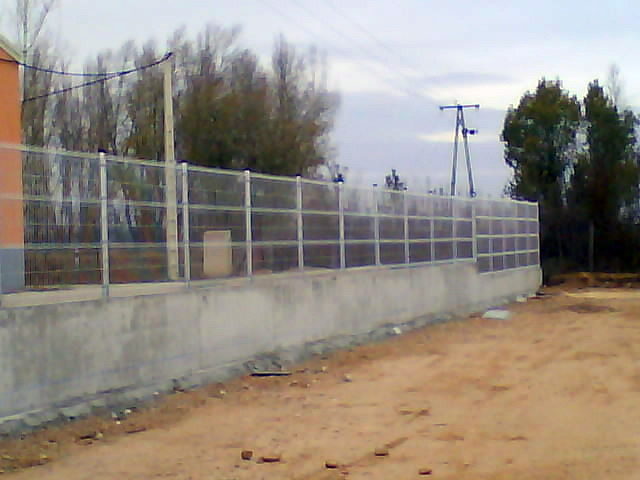 Cerramiento sobre muro de hormigon con paneles eléctrosoldados
