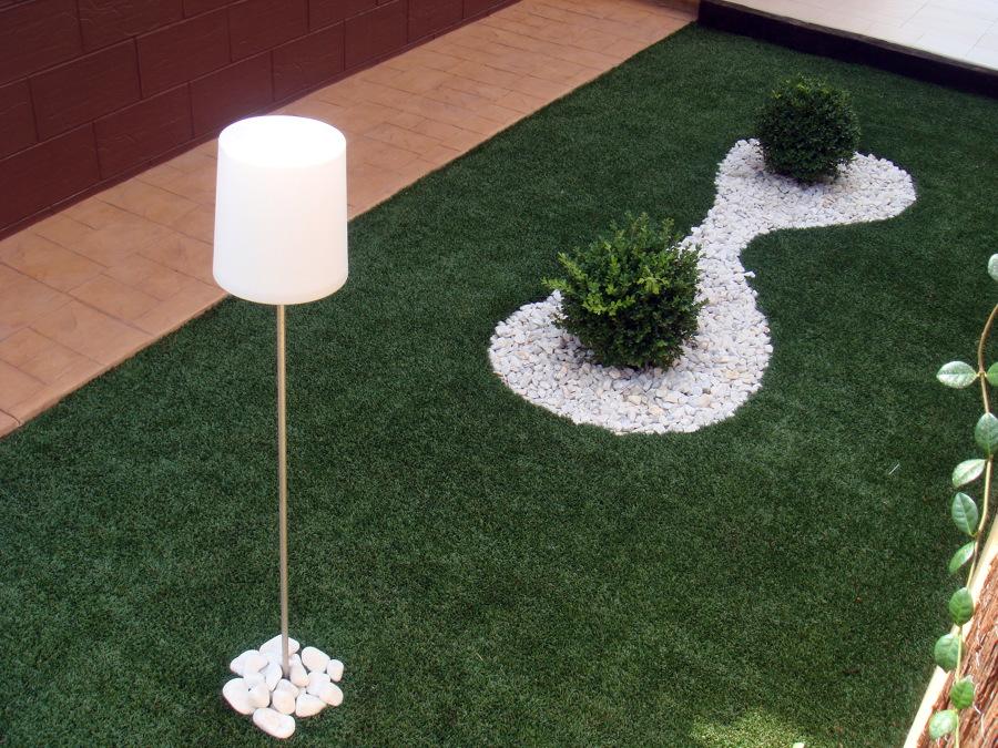 Foto c sped artificial en decoraci n exterior de stil for Decoracion jardin artificial