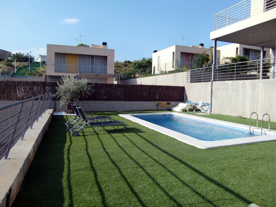 Foto c sped artificial y mantenimiento piscina de - Cesped artificial piscinas ...