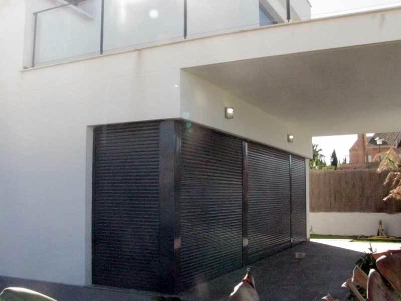 Chalet persianas puertas entrada
