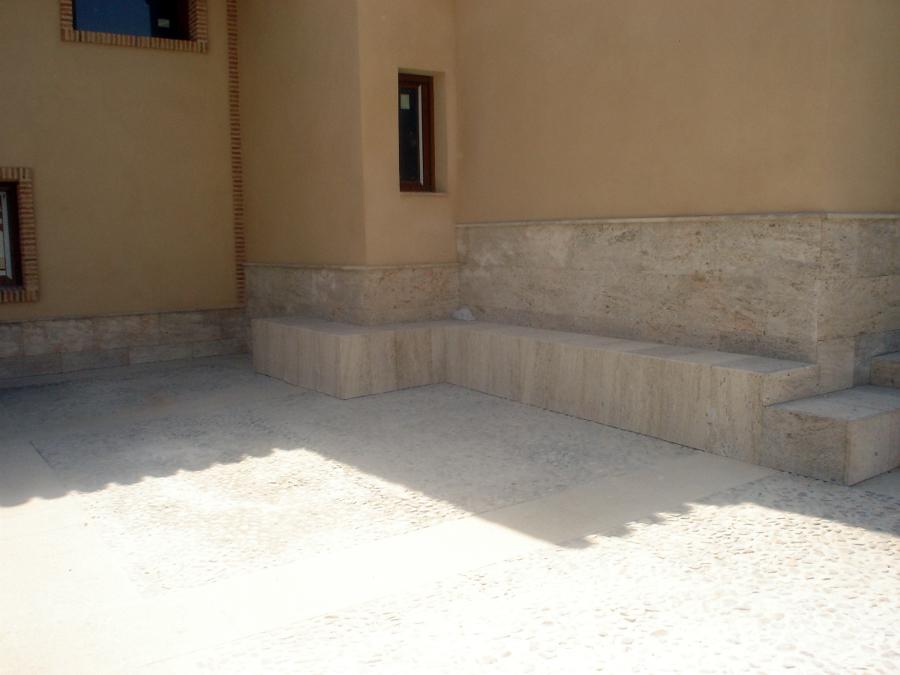 Foto chapado de zocalo y realizacion de banco de piedra for Zocalos de fachadas fotos