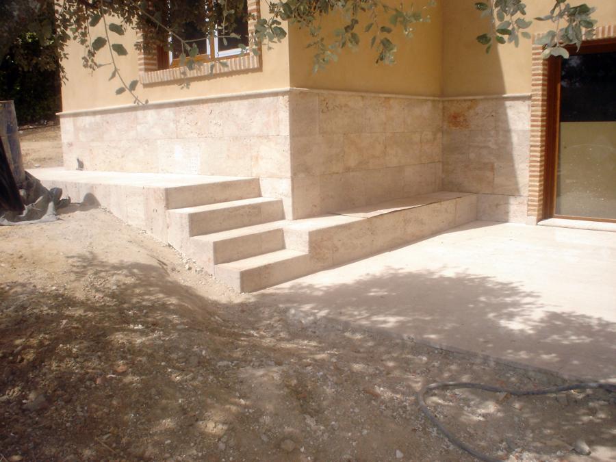 Foto chapado y escalera de piedra valdepe as de reformas - Escalones de piedra ...