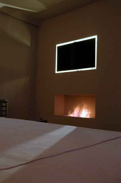 Foto chimenea bioetanol y tv retroiluminada en dormitorio - Chimenea de bioetanol opiniones ...
