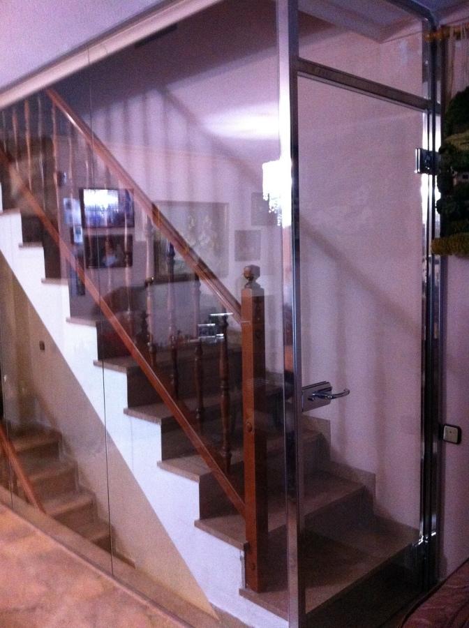 Foto cierre de cristal escalera interior de alusol for Cerramientos de interiores