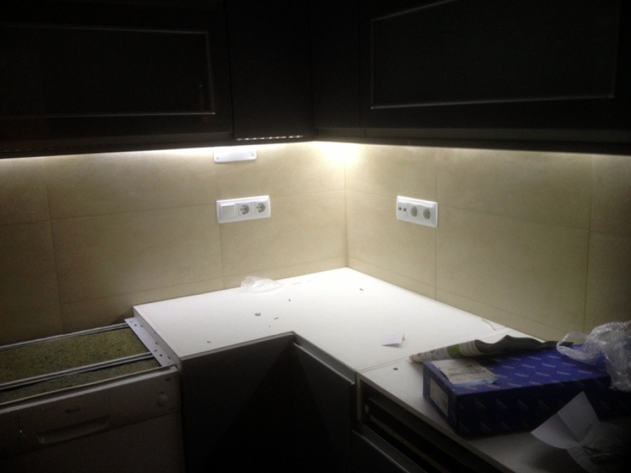 Foto cinta led bajo muebles cocina de adrianreformas - Leds para cocina ...