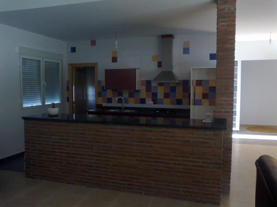 Foto cocina abierta a salon de construcciones olivares y for Cocina abierta modelo salon