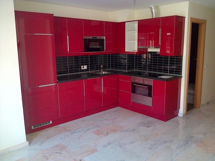 Foto cocina abstrack rojo brillante de montasur 342440 for Cocina negra ikea