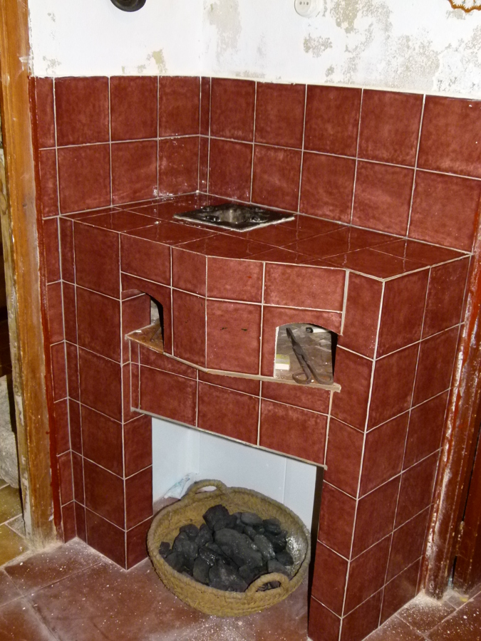 Foto cocina antigua de carb n en casa de campo de - Cocina de carbon ...