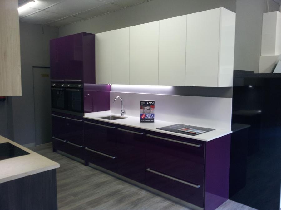 Foto cocina berenjena blanco de decora cocinas 551601 - Cocinas color berenjena ...