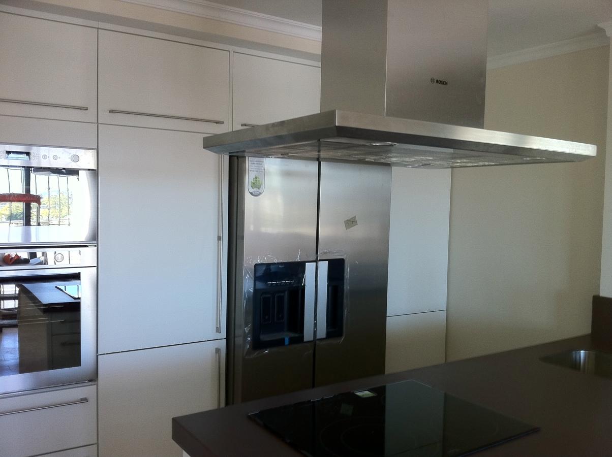Foto cocina blanca alto brillo de the singular kitchen - Cocinas blancas brillo ...
