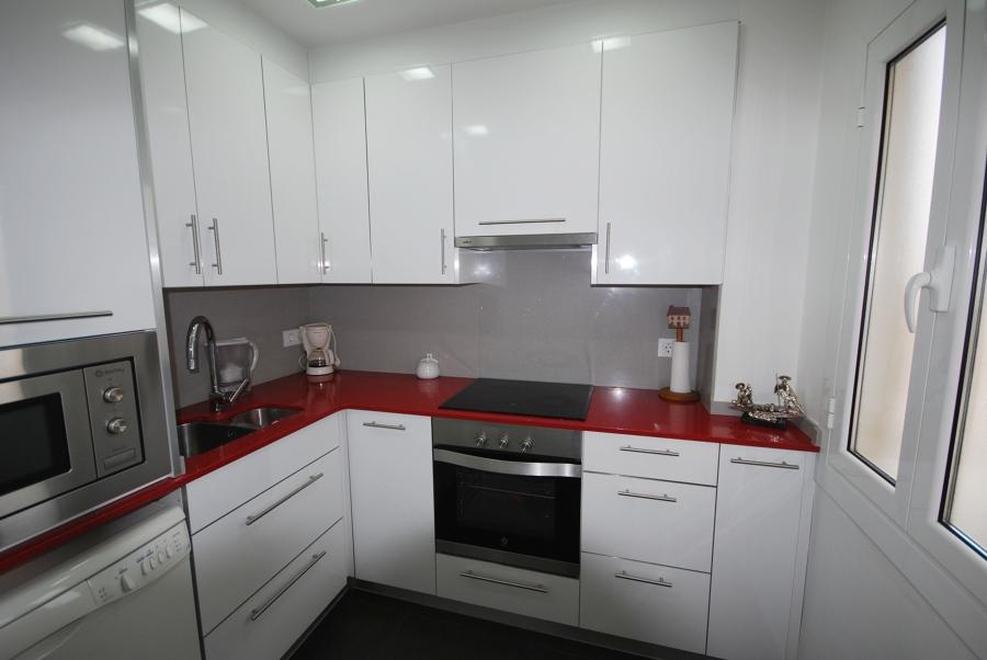 Foto cocina encimera roja de vt reformes numancia for Cocina blanca encimera roja