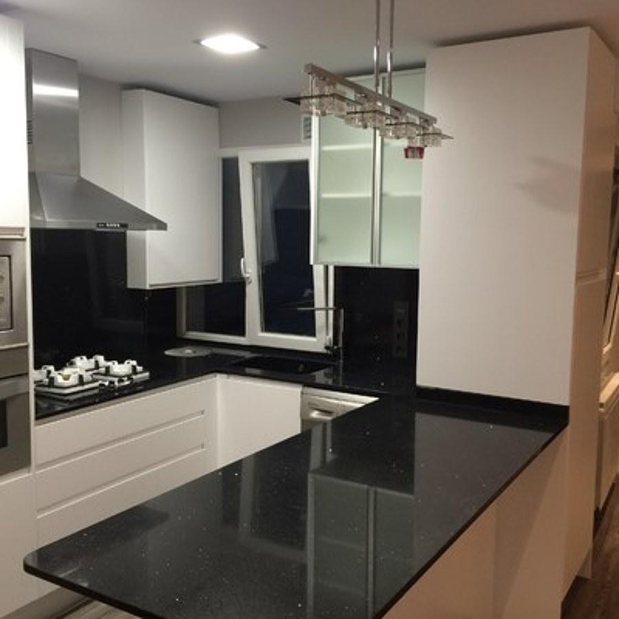 Foto cocina con isla un piso de pocos metros nones for Videos de cocina para todos