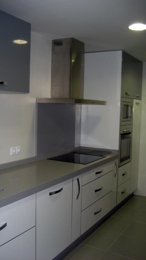 cocina blanca y antracita