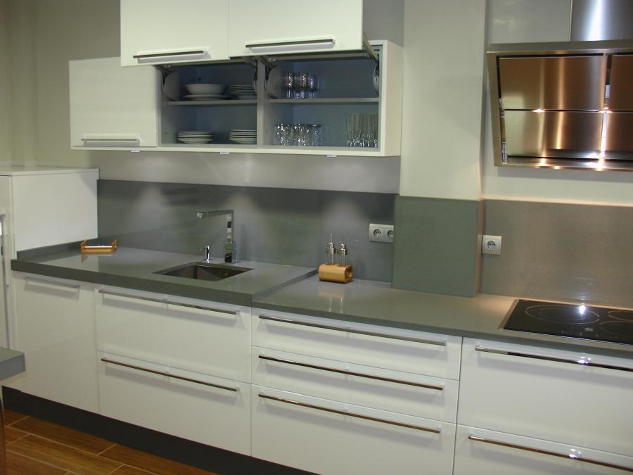 Foto cocina blanca y gris de cocinastellos l 505843 for Imagenes cocinas blancas