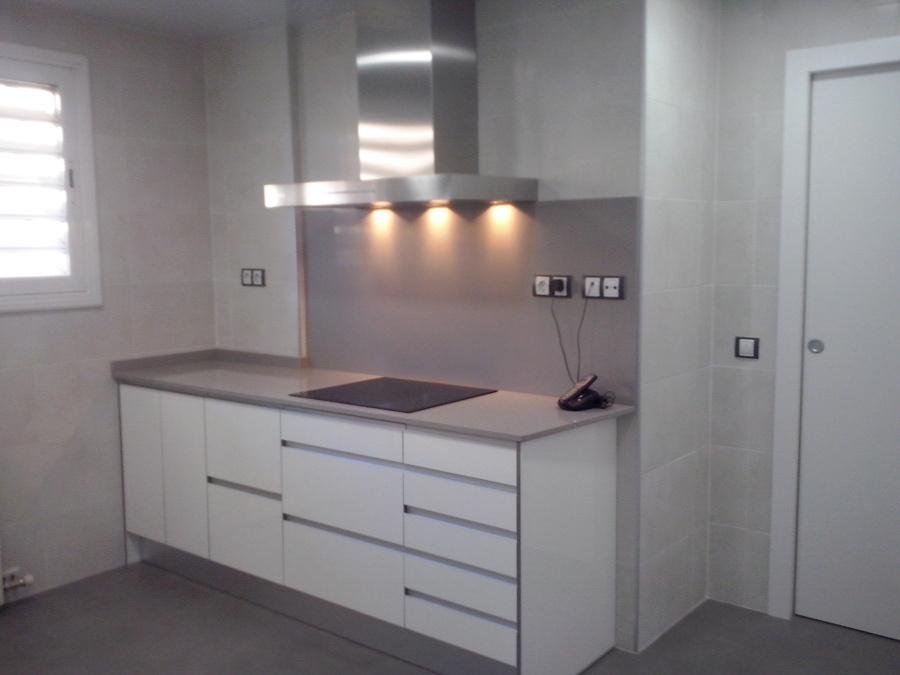Foto cocina blanca y gris de reformes misael 685303 for Cocinas blancas y grises fotos