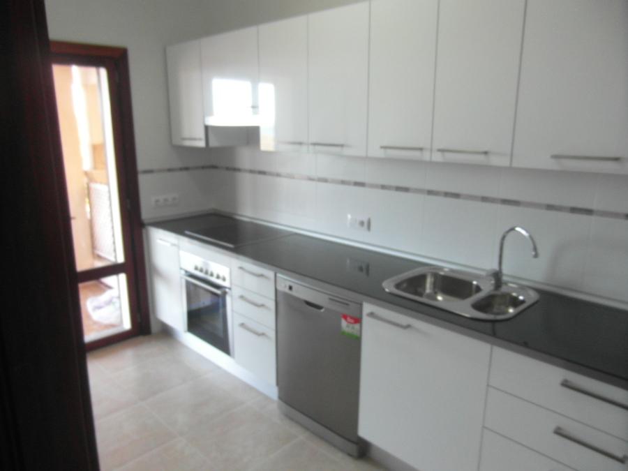 Foto cocina blanco brillo con encimera imitaci n cristal - Azulejos cocina blanco brillo ...
