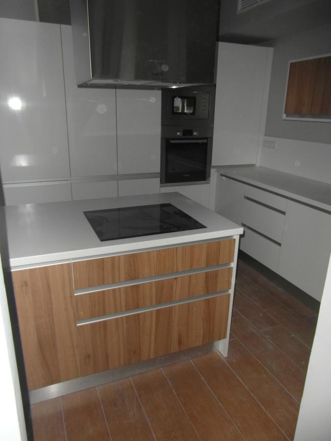 Foto cocina blanco brillo madera con tirador incorporado - Cocinas con encimeras de madera ...