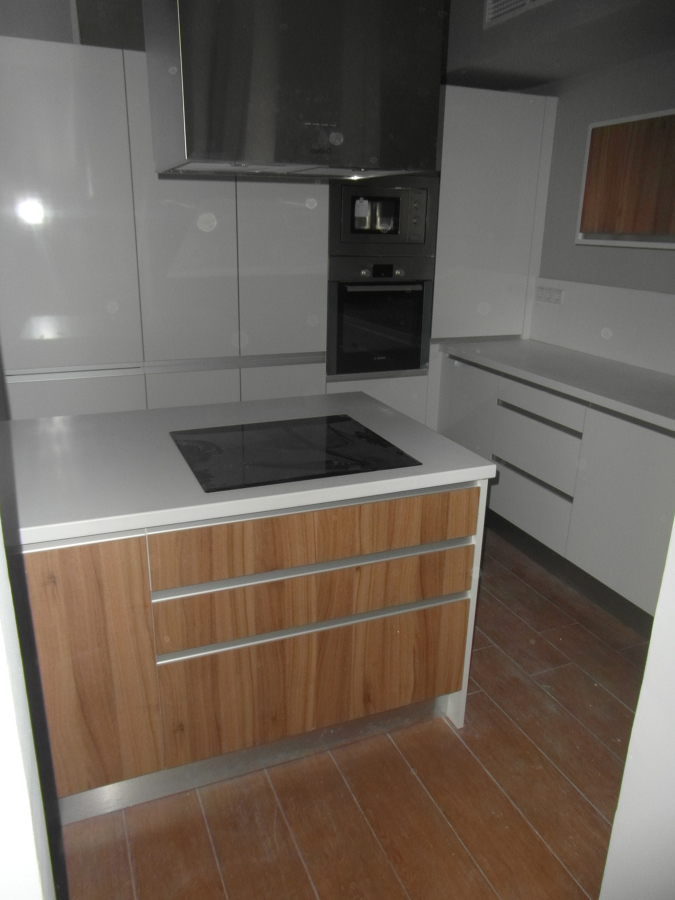 Foto cocina blanco brillo madera con tirador incorporado - Cocinas blanco brillo ...