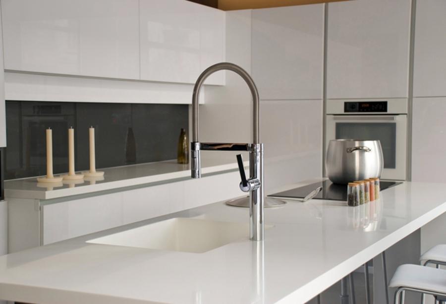Foto cocina con isla central de saneamientos col n for Saneamientos granada