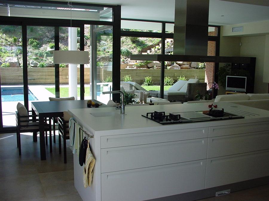 Cocina con mobiliario lacado brillo combinado con madera teñida de wengé