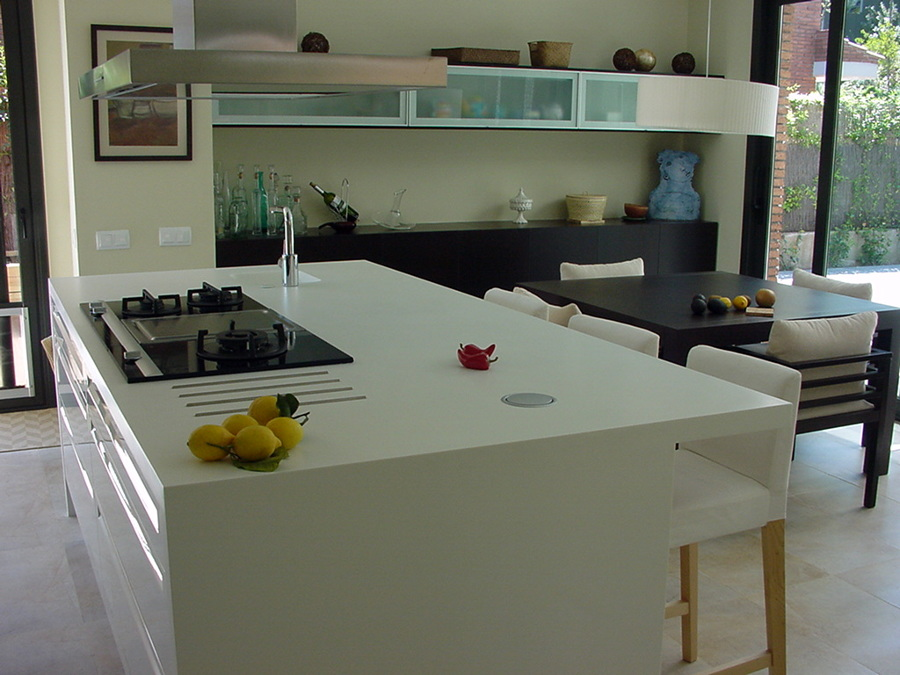 Foto cocina con mobiliario lacado brillo combinado con for Cocinas integrales con isla al centro